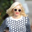 Gwen Stefani, rockstar et maman stylée à Los Angeles, porte des lunettes Karen Walker avec un sweater blanc et noir à poids, un pantalon slim vert kaki et des bottines noires. Le 23 janvier 2013.