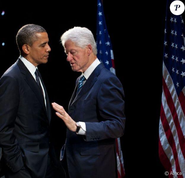L'actuel président américain Barack Obama échange avec l'ancien président Bill Clinton à New York, le 4 juin 2012. Ce dernier pourrait bientôt ses débuts au cinéma.