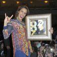 Le cinéma le Grand Rex retransmet le concert de Shy'm donné à Paris Bercy dans le cadre du Shimi Tour, le 4 février 2013. Thierry Chassagne, le PDG de Warner Music France, lui a remis un double disque de platine pour avoir vendu plus de 200 000 exemplaires de son album.