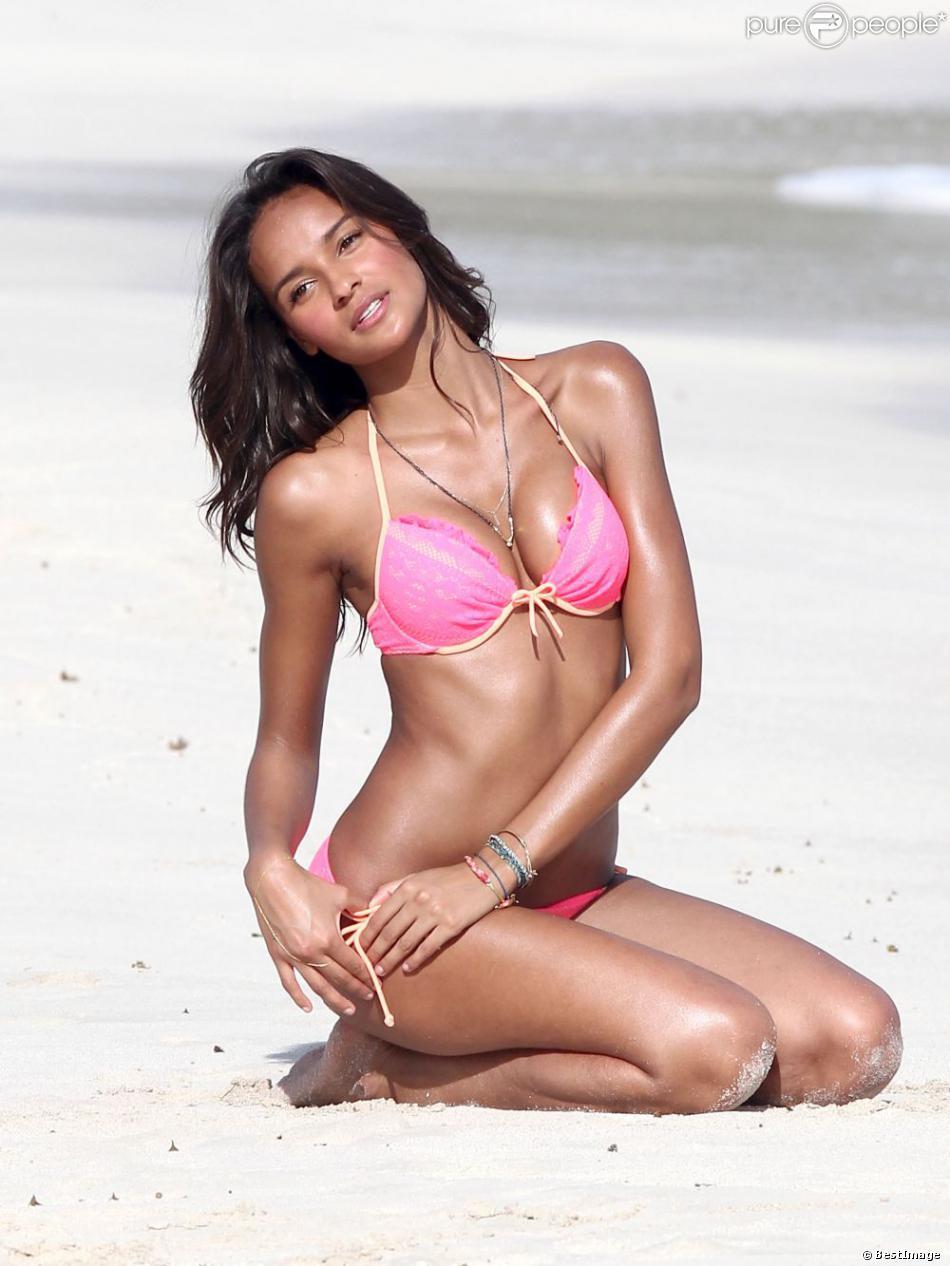 Le top brésilien Gracie Carvalho pose lors d'un shooting pour Victoria's Secret sur une plage à Saint-Barthelemy, le 30 janvier 2013.