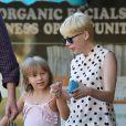 Michelle Williams avec sa fille Matilda qui rentre de l'école à Los Angeles le 27 août 2012