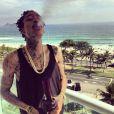 """Wiz Khalifa postait le dimanche 13 janvier sur Instagram cette photo de lui en train de fumer au bong sur le balcon de sa chambre d'hôtel au Brésil avec en légende : """"Fumer Rêver Vivre""""."""