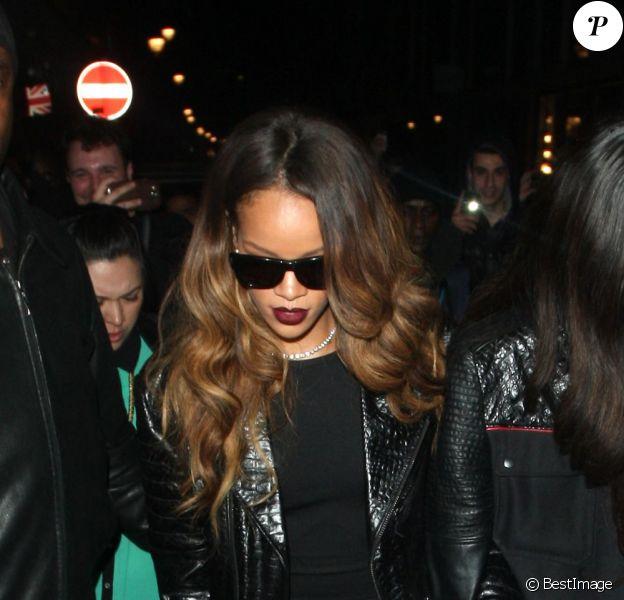 Rihanna quitte la boîte de nuit The Box à Londres, le 16 février 2013.