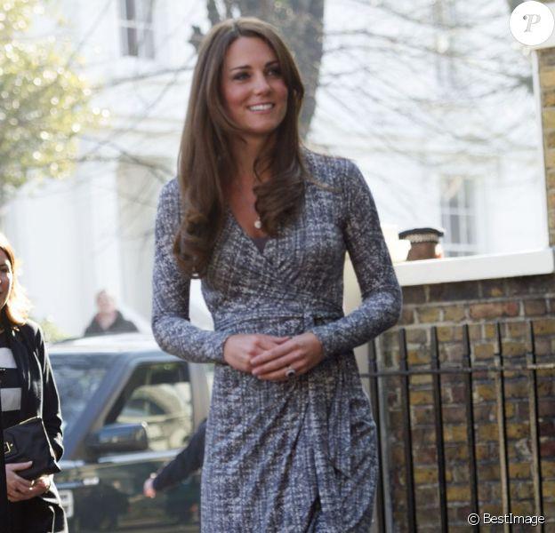 La duchesse Catherine de Cambridge, enceinte de cinq mois, à la Hope House gérée par Action Addiction, organisme dont elle est la marraine, le 19 février 2013 à Londres. La première sortie officielle du baby bump !