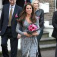 Kate Middleton, enceinte de 5 mois, à la fin de sa visite en tant que marraine de Action on Addiction à la Hope House du sud de Londres, le 19 février 2013.