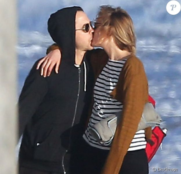 Giovanni Ribisi et sa femme Agyness Deyn se promènent avec leur chien sur une plage à Santa Barbara, le 16 février 2013.