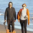 Giovanni Ribisi et sa chérie Agyness Deyn se promènent avec leur chien sur une plage à Santa Barbara, le 16 février 2013.