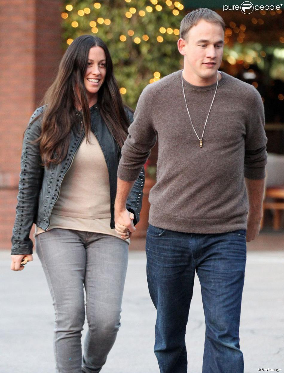 Alanis Morissette et son mari Mario Treadway quittent le restaurant  La Scala  situé dans le quartier de Brentwood à Los Angeles, le 18 février 2013.