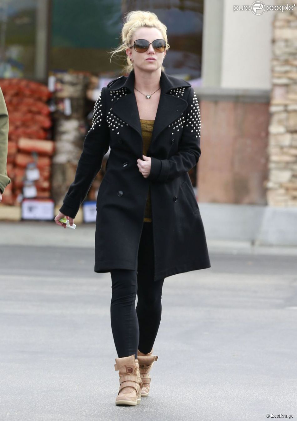 Britney Spears fait ses courses avec son garde du corps à Los Angeles, le 19 février 2013.