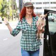 Juliette Lewis retrouvait son chihuahua après quelques courses chez Whole Food dans West Hollywood le 21 février 2013.