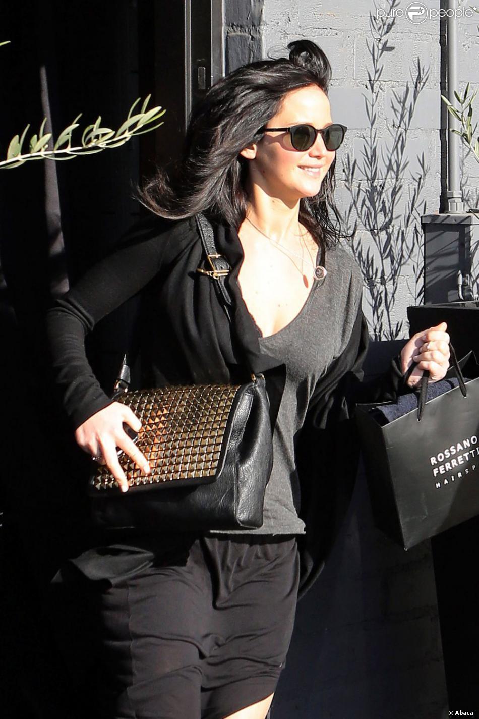 Jennifer Lawrence sort du salon de coiffure Rossano Ferretti en brune pour les besoins du tournage d'Hunger Games 2, à Beverly Hills, le 25 février 2013.
