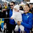 La princesse Estelle de Suède, adorable supportrice avec sa mère la princesse Victoria et son père le prince Daniel aux championnats du monde de ski nordique à Val di Fiemme en Italie le 26 février 2013.