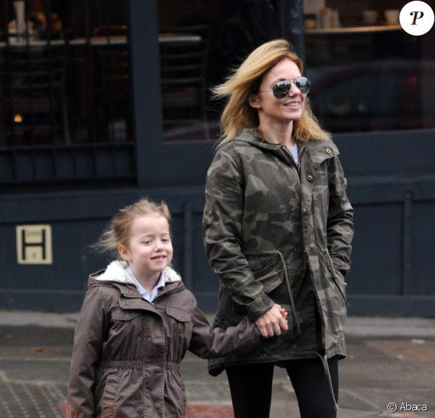 Geri Halliwell, maman heureuse avec sa petite fille Bluebell Madonna sur le chemin de l'école le 1er mars 2013 à Londres