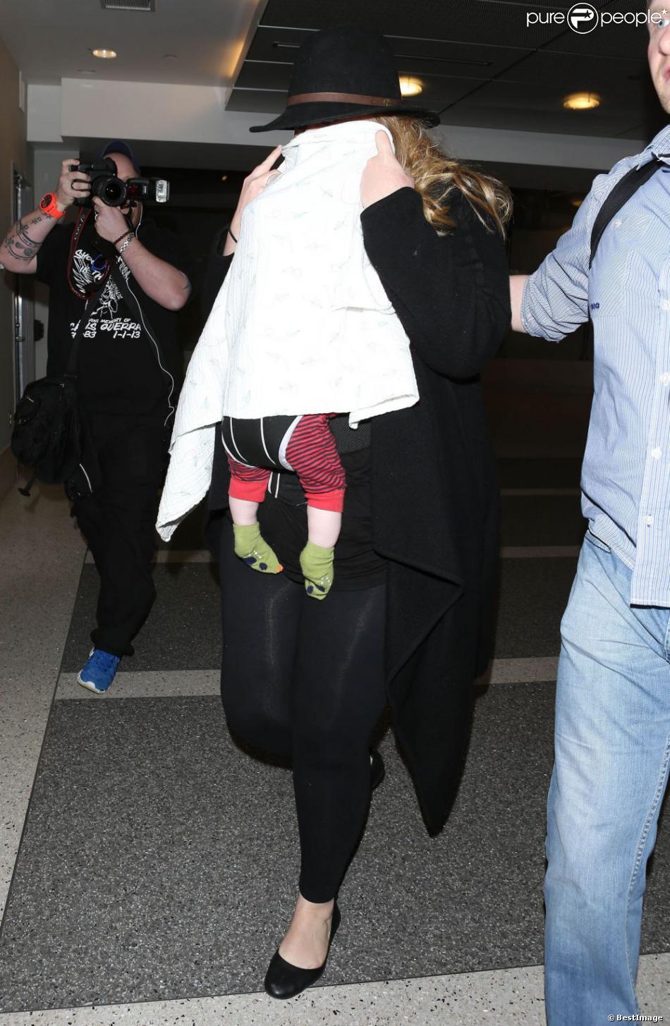 Adele et son fils à l'aéroport de Los Angeles, le 2 mars 2013.