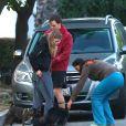 En tenue de sport, Michael C. Hall, acteur principal de la série Dexter, et sa compagne Morgan Macgregor promènent leur chien dans les rues de Los Angeles. Le 3 mars 2013.