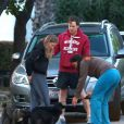 Michael C. Hall et sa compagne Morgan Macgregor promènent leur chien dans les rues de Los Angeles. Le 3 mars 2013.