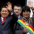 Hugo Chavez et le président de Bolivie Evo Morales et le député Jean Lassalle à La Paz le 22 janvier 2006