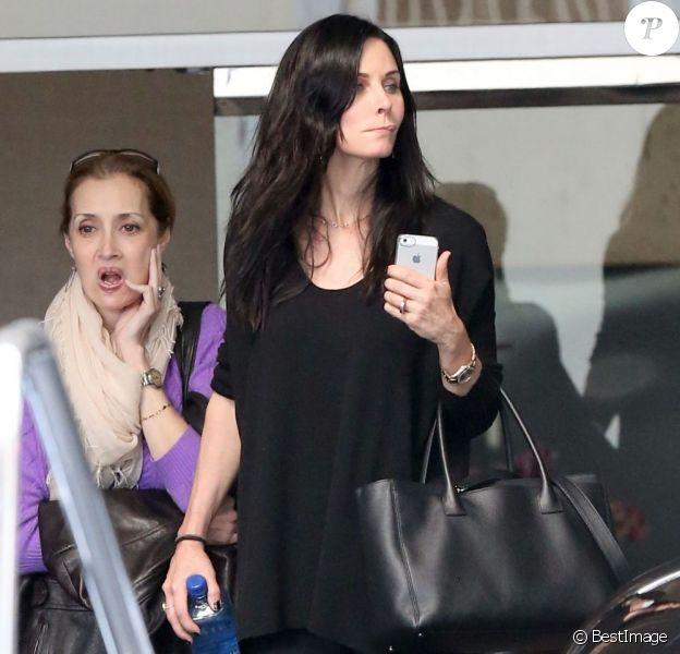Exclu - Courteney Cox visite un hôtel avec une amie à Beverly Hills, le 5 mars 2013. F