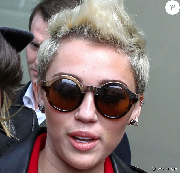 Miley Cyrus devant son hôtel a New York, le 13 février 2012.