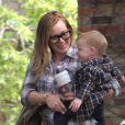 Hilary Duff va chercher son fils à la crèche à Beverly Hills à Los Angeles. Le 7 mars 2013. La mère et le fils étaient habillés sensiblement de la même façon.