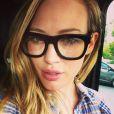 Hilary Duff a posté une photo sur son compte Twitter de ses grosses lunettes noires. Mars 2013.
