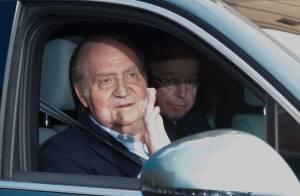 Juan Carlos Ier sort de la clinique avec une petite mine