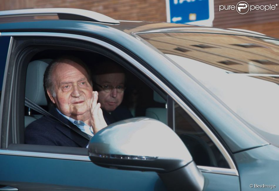 Le roi Juan Carlos, avec une petite mine, quitte la clinique La Milagrosa à Madrid, le 9 mars 2013.