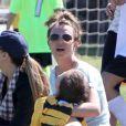 Britney Spears regarde ses enfants Sean et Jayden jouer au football à Woodland Hills, le 10 mars 2013.