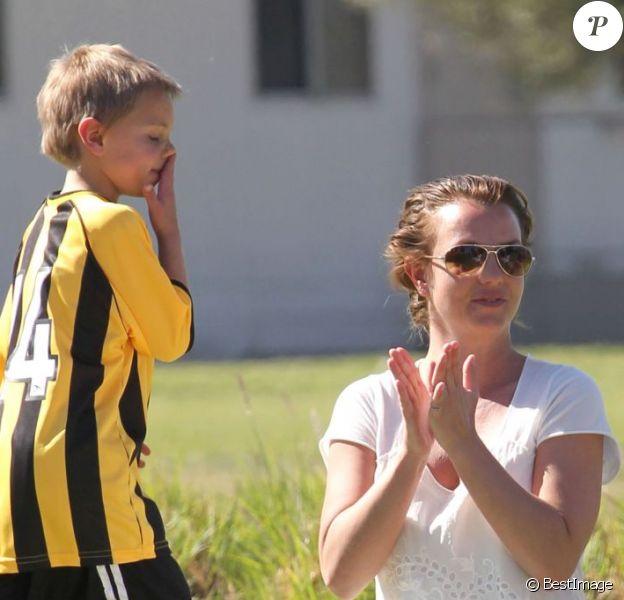 Britney Spears s'amuse avec ses fils Sean et Jayden à Woodland Hills, le 10 mars 2013.
