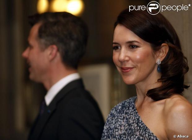 Książę Frederik i jego piękna żona Princess Mary Danii udział oficjalny obiad odbędzie się w ich cześć w klubie Unii w Santiago, Chile.  13 marca 2012.