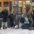 Exclu - Le chanteur Tim McGraw et Chris Martin sont allés dans un parc à Londres avec leurs enfants, le 17 mars 2013.