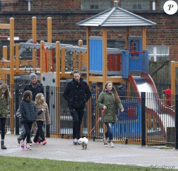 Exclu - Faith Hill, son mari Tim McGraw et Chris Martin avec leurs enfants respectifs dans un parc à Hampstead Heath à Londres, le 17 mars 2013.