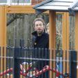 Exclu -  Chris Martin dans un parc à Hampstead Heath à Londres avec ses enfants, le 17 mars 2013.