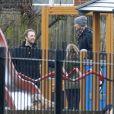 Exclu - Tim McGraw et Chris Martin avec leurs enfants respectifs dans un parc à Hampstead Heath à Londres, le 17 mars 2013.