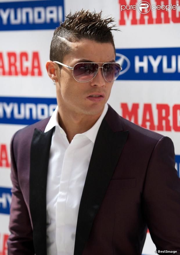 Cristiano ronaldo pensif au moment de recevoir le prix di for Coupe de cheveux homme ronaldo
