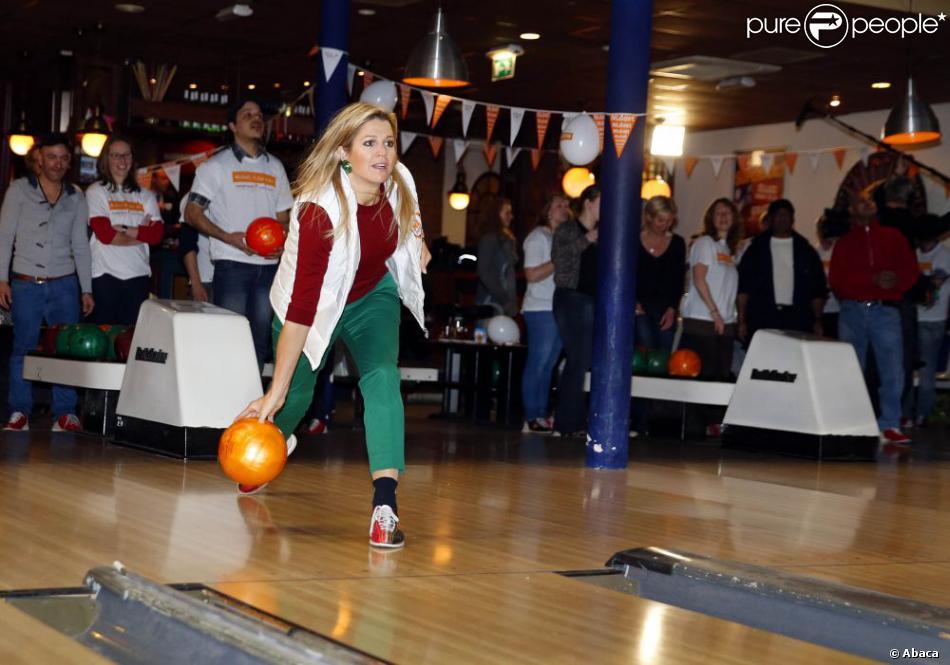 Chaud devant ! La princesse Maxima et le prince Willem-Alexander des Pays-Bas en pleine partie au Bison Bowling Club d'Utrecht avec des sans-abri et des bénévoles du foyer Catherijn, le 15 mars 2013 dans le cadre de la Journée annuelle du bénévolat soutenue par le Fonds Oranje (NL Doet).