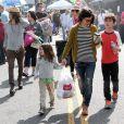 Sara Gilbert, accompagnée de sa petite amie Linda Perry chanteuse du groupe 4 Non Blondes, se promène avec ses enfants Levi et Sawyer à Studio City à Los Angeles, le 19 mars 2013.