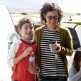 Sara Gilbert, accompagnée de sa chérie Linda Perry, se promène avec ses enfants Levi et Sawyer à Studio City à Los Angeles, le 19 mars 2013. l'actrice semble très complice avec ses enfants.