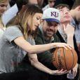 Olivia Wilde et son petit ami Jason Sudeikis à un match de basket opposant les Toronto Raptors aux New York Knicks au Madison Square Garden de New York, le 23 mars 2013.