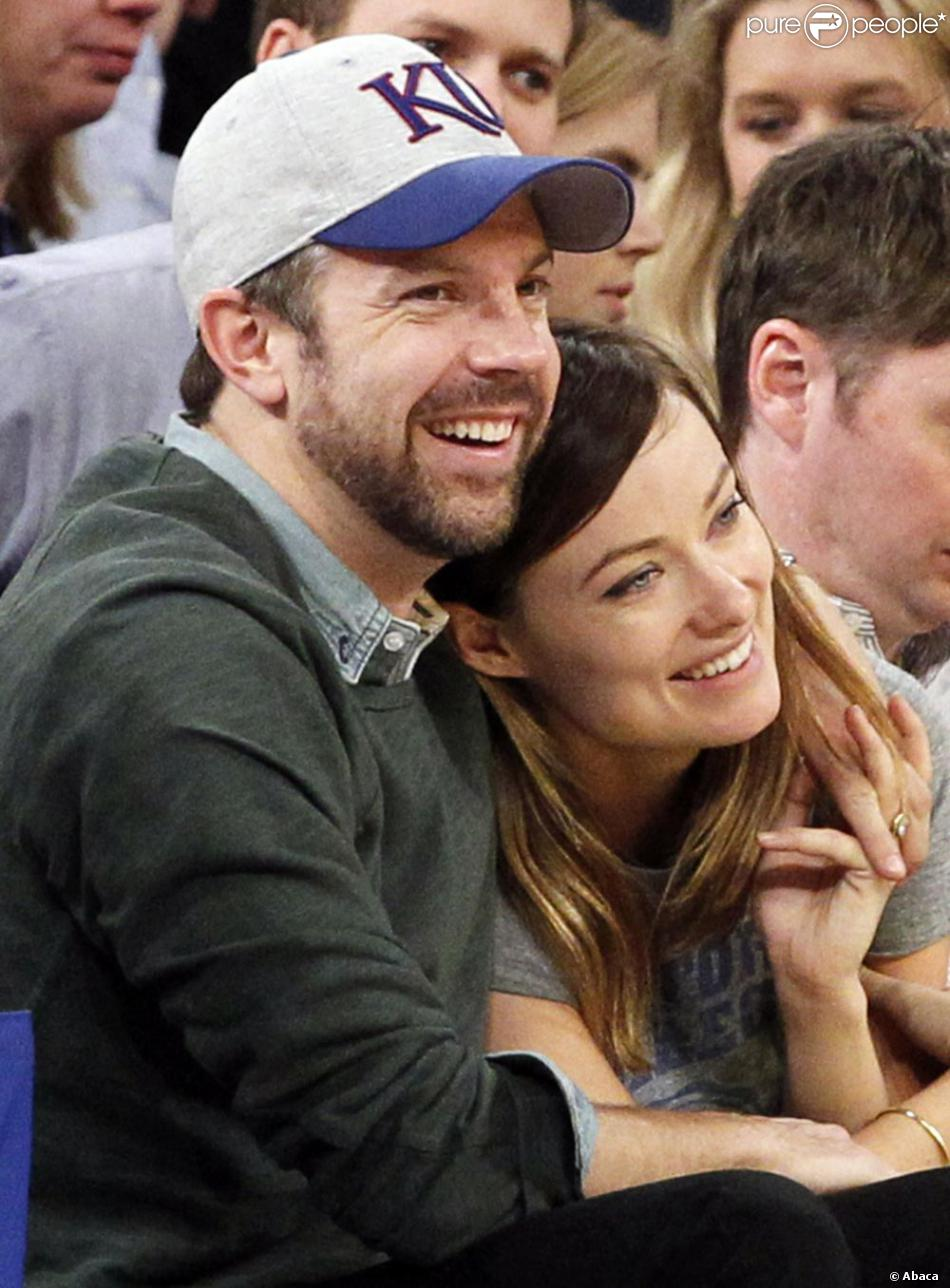 Olivia Wilde et Jason Sudeikis amoureux lors du match opposant les Toronto Raptors aux New York Knicks au Madison Square Garden de New York, le 23 mars 2013.