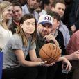 Olivia Wilde et son petit ami Jason Sudeikis s'affichent amoureux au match de basket opposant les Toronto Raptors aux New York Knicks, au Madison Square Garden de New York, le 23 mars 2013.