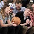 Olivia Wilde et son petit-ami Jason Sudeikis s'affichent amoureux au match de basket opposant les Toronto Raptors aux New York Knicks, au Madison Square Garden de New York, le 23 mars 2013.