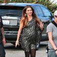 """Sofia Vergara sur le tournage de la série """"Modern Family"""" à Long Beach, le 14 novembre 2012."""