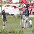 La princesse Estelle de Suède fait ses premiers pas ! La princesse Victoria de Suède, le prince Daniel et la princesse Estelle en vacances de Pâques à Almeria (Sud-Est de l'Espagne) le 27 mars 2013.