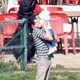 Estelle marche bien, mais Daniel ne résiste pas à la garder dans ses bras. La princesse Victoria de Suède, le prince Daniel et la princesse Estelle en vacances de Pâques à Almeria (Sud-Est de l'Espagne) le 27 mars 2013.