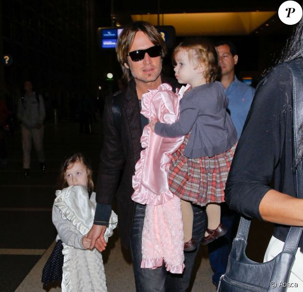 Keith Urban et ses filles Sunday et Faith à l'aéroport LAX de Los Angeles, le 28 mars 2013.