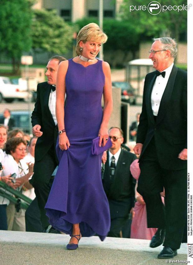 La princesse Diana en une robe de soirée bleue