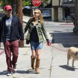 Jon Hamm et sa petite amie Jennifer Westfeldt promènent leur chien dans le quartier de West Hollywood à Los Angeles, le 2 avril 2013.