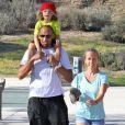 """""""Kendra Wilkinson, Hank Baskett et leur fils dans un parc de Calabasas le 16 mars 2013."""""""