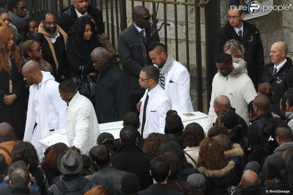 Sortie d'église lors des obsèques de Gérald Babin (candidat de Koh Lanta), à Nemours, le vendredi 5 avril 2013 - Un cortège blanc porte le cercueil